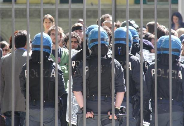 """Cariche ai cancelli del Sant'Anna: """"Dentro l'uguaglianza dei privilegiati, fuori la disuguaglianza dei manganellati"""""""
