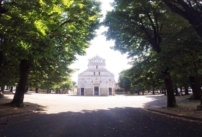 La riva mancina, la facciata di una chiesa, la città, il mondo