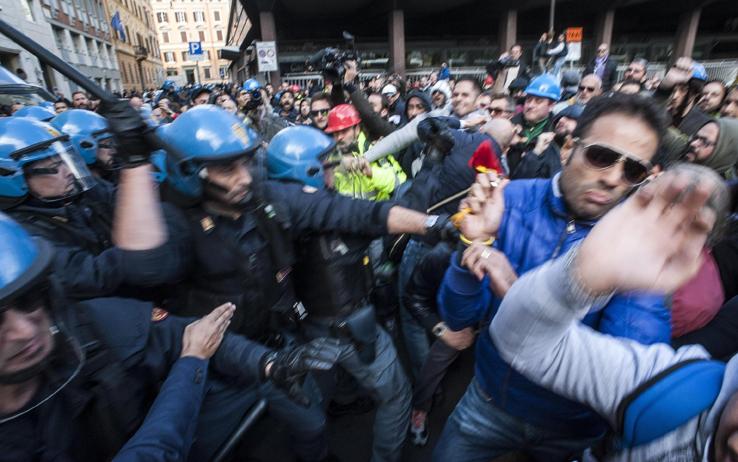 Solidarietà ai lavoratori che lottano per il posto di lavoro, pesantemente caricati dalla polizia a Roma