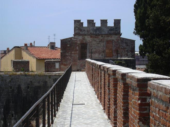 Tempo di crisi. Migliaia di euro per capire che uso fare delle mura di Pisa: salirci, anche tutti i giorni dell'anno!
