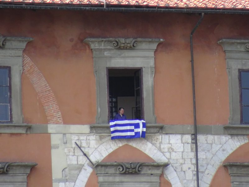 Sventola la bandiera greca dal Palazzo comunale di Pisa
